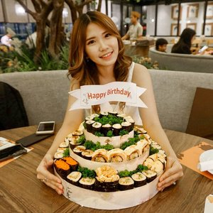 🎂Let's play if only's.If you could only choose one type of food for the rest of your life.. which one would you choose?If it's mee.. I'd choose sushi!No wonder I love this since the first time I saw it. Neatly stacked on the big tower to the delicate, appetizing sushi they serve, I love all about @tabemasu_sushi! 👅💦 Thank you @kerenejesicaa the surprise!#birthday #sushi
