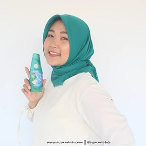 Pokoknya klo udah foto kaya gini, berarti ada produk baru nih👌🙈Kali ini aku mau kenalin Rejoice Hijab Perfection Series dari @rejoice.id ✔✔..Hadir untuk mendukung para hijabers Indonesia, #RejoiceHijabPerfectionSeries hadir untuk merawat rambut yang ketutupan hijab hampir setiap hari👌..Keunggulan #RejoiceHijab ini karena bisa ngatasin rambut lepek, kusut, ketombe, dan memberikan kesejukan, kelembutan juga ada keharuman esens bunga Kasturi nya lho🌹 jadi bisa ngasih kesegaran dan kesejukan dari subuh hingga isya, uh cucok👌👌 Review detailnya bisa teman2 kepoin di bit.ly/AyundaReviewRejoice 💕💕..#KesempurnaanBerhijab #RejoiceHihabPerfection #SesejukHijrahmu #Hijab, #Hijabers #MakassarBeautyVlogger #MakassarBeautyBlogger #BloggerMakassar #VloggerMakassar #MakassarBeautyGram #ClozetteId #BeautyInfluencerMakassar #Beautynesia @beautynesia.id @beautynesiamember
