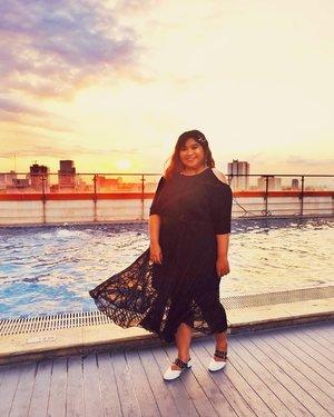 Sunset on my cheek 😌✨#curvywomanindo #shoxsquad#Clozetteid #clozetteootd  #ootdbigsizeindo #fashion #cute #ootdplussize #ootdcurvy #ootdplussizeindo #curvy #clozetteid #blogger #bblogger #beautyblogger #surabayabeautyblogger #sbybeautyblogger #curvygirl #plussize #bodypositive #celebratemysize #ootdindonesia #ootdindo #curvystyleideasid #influencersurabaya #beautyhasnosize #missbbwindonesia #ootdredhacs #redhacsmixnmatch