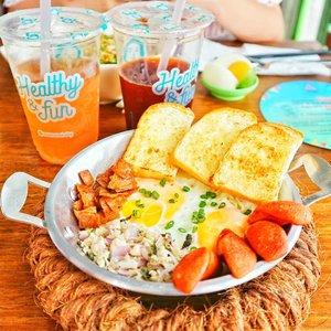 Uda makan siang belum? Siapa tau butuh inspirasi. Ini Egg Pad, menunya si @mamanoi.sby  Enak & kenyang, cantik lg plattingnya. Menggugah selera bgt. Sebenernya simple.bgt lo menunya, telur, roti, sosis, smoked beef, sama semacem ayam cincang ala Thai gt. Jd kangen makan n foto foto disini 🤭🤭 #mamanoi #eggpad #thaifood #foodstagram #foodie #Clozetteid #lunch
