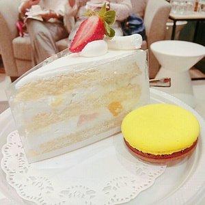 Tous Les Jours Fresh Cream Cake. The cake is 🔥 Gak terlalu manis meski krim nya banyak. Strawberrynya seger. Ada potongan buah peach disela selanya. Cakenya pun moist.  Tipe cake yg biasanya ditemukan di komik. 😂😂 Idk how much this cost tho.  #cake #foodporn #foodie #instafood #touslesjours #strawberry #cream #peach #macarons #🍰 #🍓 #🍑 #ケーキ#イチゴ