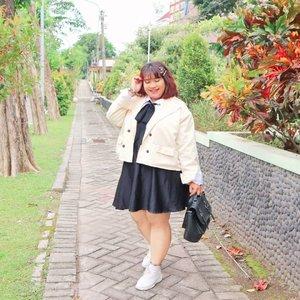 Sudah lama ingin bergaya ala ala gadis Jepun berangkat sekolah. Akhirnya nemu jg blazer lucu di @seiichi.id  Style kaya gini jg cocok loh dipake di musim ujan yg agak adem ini. Meski umur udah ga pantes tapi cocok aja kaaaan 🤭🤭💕 Thank you @dimsam95 for helping me 💕💕 #Clozetteid #clozetteootd  #ootdbigsizeindo #fashion #cute #ootdplussize #ootdcurvy #shoxsquad #ootdplussizeindo #curvy #女子高校生ファッション #ファッション #fashionaddict #fashionstyle  #curvygirl #plussize #endorsementindo #endorsement #bodypositive #celebratemysize #ootdindonesia #ootdindo #curvywomanindo  #influencersurabaya #beautyhasnosize #missbbwindonesia #ootdredhacs #redhacsmixnmatch