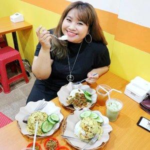 Udah jam segini masih bingung makan apa? Buat yg di Surabaya Barat bisa cus ke @ayamkeprabonexp.gwalksby ! Menu gepreknya macem macem. Mulai dsri geprek biasa (porsi biasa), geprek jumbo sampe geprek blenger yang emang bikin kuenyang sampek mblenger 🤣. Pilihan sambelnya sendiri ada tiga, Sambel Bohay yaitu sambel bawang, Sambel Karca, kari rica rica (rekomen!) sambel matah (rekomen kedua) . Bohay dan Karca bisa pilih 1-5 level kepedasan juga. Tapi level satu wes muanteb sih gaes. Belum lagi ekstranya banyak banget, mulai dari tempe tahu, kol goreng 🤤, telur ceplok, sampe mozarella dan pete jg ada. Minuman ga usah ditanya lg. Mau ice tea, mineral water atau thai tea? Tinggal pilih karena ada 12 macam minuman! Harga? 8k - 37k untuk menu makanan. Dan 3k-12k untuk minuman. Udah cepetan, kalau jauh bisa gojek! Makan ditempatpun nerima pembayaran via hampir semua e-wallet, OVO, GoPay, sampe Dana pun ada. Nunggu apa lg? Ngiler tar 🚲  #ayamkeprabon #ayamkeprabongwalk #ayamkeprabonsurabaya #ayamgeprek #ayamgeprekkeprabon #foodies #kulinersby #kulinersurabaya #food #foodporn #kulinernusantara #kulinerindonesia #Clozetteid