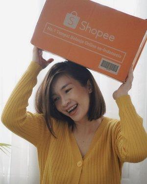 Unboxing mystery box super gede dari @shopee_id New Year Sale 1.1❤️❤️  isinya apa ya? Oppa Korea apa dedek gemesh Korea? Atau racun cantik lagi? Shopee lagi ada New Year Sale 1.1 loh ada banyak promo  Mampir ya ke channel youtube aku,link ada di bio  https://youtu.be/SZM9TlIGtkU   #shopeenewyearsale #shopeehaul #racunshopee #shantyhuang #beauty #makeup #selfie #beautyblogger #beautybloggerindonesia #beautyandhairdiaries #tampilcantik #love #koreanmakeup #jakartabeautyblogger #clozettedaily #clozetteid