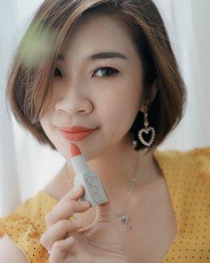 """Karena satu lipstick ga akan pernah cukup, betul?😂 Dan ini adalah salah satu lipstick matte favorite aku dari @romandyou zerogram matte lipstick yang shade """"adorable"""" warna coral lipstick ini buat kamu terlihat lebih manis dan fresh.  aku suka banget teksturnya yang ringan, dan ga buat bibir kering, lipstick ini wajib banget dech jadi pilihan kamu  belinya bisa di Charis shop aku, link ada di bio ya  Romand Zerogram Matt Lipstick https://hicharis.net/Shantyhuang/gqH  @romandyou @charis_official @hicharis_official #review#hicharis #charisceleb #shantyhuang #beautyblogger #blogger #Clozetteid #clozettedaily #instagood #instadaily"""