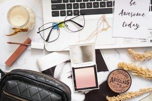 Lagi tertarik untuk belajar teknik foto flat lay begini, liatnya hati berasa adem gitu,  aku juga suka banget foto-foto di pinterest tentang home decor yang simpel minimalis  #Shantyhuang #beauty #makeupflatlay #flatlay #makeup #Clozetteid #Clozettedaily #instagood #instadaily