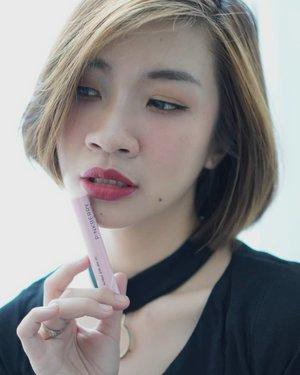 """Lipstick pilihan untuk weekend ini dari @pinkberrybeauty lip matte """"Scarlet Red"""". Lipstick dengan tekstur matte yang tahan lama tapi ga buat bibir jadi kering atau crack,harganya juga terjangkau banget.  Untuk review lengkapnya bisa mampir ke channel youtube aku ya link ada di bio https://youtu.be/N6hoTMTLafU #Shantyhuang #beauty #beautyvlogger #pinkberrylipstick #pinkberry #selfie #selca #Clozetteid #Clozettedaily #instagood #instadaily"""