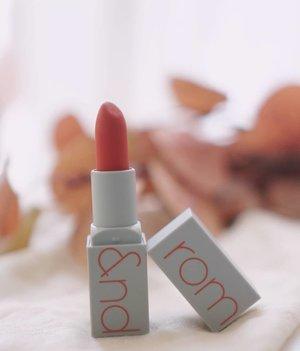 Jarang jarang bisa suka dengan lipstick matte, lipstick @romandyou zerogram matte lipstick ini bener bener langsung buat ku jatuh cinta pas pertama kali pake,  warnanya yang lembut dan teksturnya yang ringan di bibir bikin makin cinta 😘, lipstick ini super recommended banget dech, buat yang penasaran bisa beli di charis shop aku, link ada di bio:  Romand Zerogram Matt Lipstick https://hicharis.net/Shantyhuang/gqH  @romandyou @charis_official @hicharis_official #shantyhuang #beautyblogger #blogger #review#hicharis #charisceleb #Clozetteid #clozettedaily