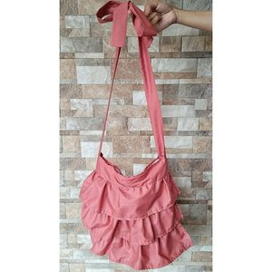 i am proud to carry this bag. eventho it is not a designer bag but i MADE this bag on my own from scartch😊 let me introduce you to my RUFFLE BAG . #diyproject #diy #doityourself #diyideas #bikinsendiri #buildings #silhouette #buildingsilhouette #roomdecor #wallstickers #walldecor #decoration #decor #diybebikinan #bebikinan #jumatbebikinan #idebebikinan #taskatun #rufflebag #tas #clozetteid #clozette