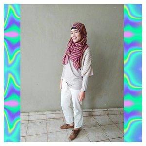 its sweater season ☔⠀.⠀disclaimer: saya gak pake contouring, shading atau semacamnya cuma pake blush on. pipi keliatan tirus karena efek cahaya😁⠀.⠀#hijabiandfab #hijabstyle #hijabfashion #hijabiblogger #blogger #lifestyleblogger #blog #clozette #clozetteid #hijabiootd #ootd #hijaboftheday #oxfordshoes #rainyseason #sweaterseason