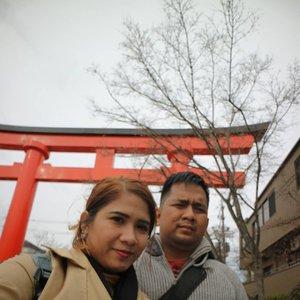 Susah bgt ya disuruh senyum 😂😂 #husbandandwife #couple #fushimiinari #kyoto #japan #visitjapan #triptojapan #holiday #vacation #instaholidays #instaplace #march2019 #wheninjapan #clozetteid ⛩�
