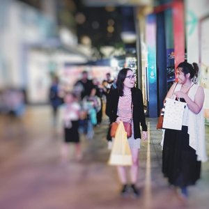 Emak2 haus shopping. Giliran dilepas dikit langsung kalap. Biasanya males belanja gara2 rempong jagain anak klo pergi2 😂 📸 @thekarinfrost #shopping #bukitbintang #bestie #malaysia #ClozetteKLilingKL #clozetteid #sisters #instaplace #instatravel #wheninMalaysia #KualaLumpur #negrijiran