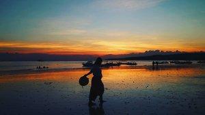 When the sun kisses an ocean  #sunset #instaplace #instatravel #travel #photography #sea #visitindonesia #indonesia #sulawesi #bira #love #sky #sea #clozetteid