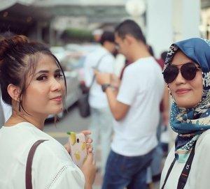 Clozette Crew goes to KL 🇲🇾🇲🇾 #ClozetteKLilingKL #ClozetteID #ClozetteCrew #officemates #companyouting #workinglife #takeabreak #balacinglife #white #hoponhopoff #KualaLumpur #Malaysia #instaplace #instatravel #happytime