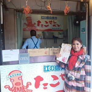 Waktu di Tokyo sempet mampir ke Tsujki FIsh Market, ini pasar ikan tp jual banyak cemilan enak-enak & fresh disini. Yg suka sashimi, surga bgt sih tempat ini.  Kemarin sempet nyobain Octopus yg dipress gitu. Rasanya kaya makan krupuk rasa takoyaki. Aslii enak bgt. Ada jg yg jual kaki lobster di grill. Ngiler bgt sebenernya tp krn liat harganya 250rb cm buat cemilan aja koq sayang yaa 🤐. Haha.. Yaampun, posting foto aja bikin laper sekaligus kangen.  #tsukijifishmarket #japan #octopus #streetfood #cravingseafood #tamago #matcha #travelling #tokyo #clozetteid