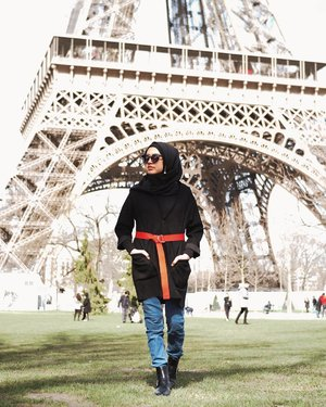 Strolling around the Eiffel to see if any french guy wants to hang out #donttellmyhusbandplease 🤫Wearing @kajalabel instant hijab. So versatile, I even use it as a neck scarf! #clozetteid