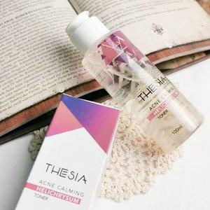 THESIA - Acne Calming Helichrysum Toner  Thesia adalah new local brand yang baru saja launched tanggal 21 Februari kemarin. Produk mereka sudah terdaftar BPOM, aman bagi kulit, ibu hamil & menyusui friendly, dan di bawah supervisi dokter spesialis kulit.  Untuk saat ini mereka punya 4 jenis toner dengan petal bunga asli didalamnya yg diimpor dari Eropa, yaitu : 🌼 Calendula toner untuk kulit sensitif 🌻 Helichrysum toner untuk kulit berminyak & berjerawat 🌸 Jasmine toner untuk kulit kering 🌹 Rose roner untuk kulit normal & kombinasi  Aku pilih Helichrysum karena kulitku cenderung berminyak & acne-prone. Toner ini memiliki kandungan utama tea-tree, witch hazel & chamomile extract yang dikenal bagus untuk menenangkan jerawat.  Jika membaca ingredients list, kalian akan melihat alcohol di urutan ke 2, but don't worry, tidak semua alcohol dalam skincare itu buruk. Nah, dalam toner ini sendiri fungsinya sebagai anti-microbial, supaya bahan aktif cepet meresap ke kulit, menjaga kestabilan bahan aktif & supaya teksturnya lebih light. Jadi nggak bahaya sama sekali, malahan bermanfaat buat kulit & sudah lolos uji BPOM, u don't need to worry 😘.  Tekstur toner ini light banget dan meresap sangat cepat. Tidak lengket maupun berminyak sama sekali, jadi nyaman juga buat kompres jerawat atau kulit yang sedang bermasalah. Baunya agak kuat, wangi bunga dan ada hints rempah-rempah.   Aku telah memakai toner ini selama 1 minggu, aku pakai tepat setelah mencuci wajah am & pm routine. Kebetulan beberapa hari yg lalu aku coba exfo baru & unfortunately my skin reacted so badly. Langsung merah, gatal, iritasi dan jerawat keluar. Aku kompres dengan toner ini secara rutin and hasilnya sangat bagus! Jerawat cepet kempes dan peradangan sangat berkurang.   Buat kalian yg kulitnya acne-prone I highly recommend this toner! Dapatkan disc 15% sampai tanggal 7 maret 2021, dapatkan di Shopee or Tokopedia Thesia Official Store.  @thesia_skin #thesia #toner #skincare #skincareroutine #localbrand #indones