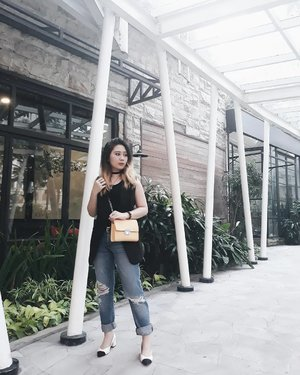It's funny how a person changes so much within a year. Like, I don't even recognize who I am anymore. . #LYKEAmbassador #lykeootd #clozetteid #clozette #lookbookindonesia @lookbookindonesia . . . . . . #ggrep #cgstreetstyle #PrettyMessedUpStyle #ootd