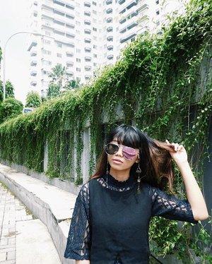 Messy black Friday with top from @pomelofashion also @wearstatuquo and eyeglasses strap from @alphabet_id 🦅🍃🖤 📸 : @kometa_helia • • • • • • #detuileriesmode #clozetteid #springfashion #styleblogger #fashiondiaries #blogger #bloggerstyle #bloggerbabes #tgif #ggrep