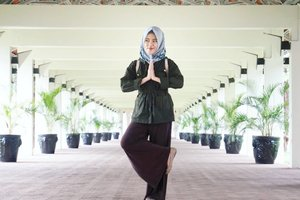 """You cannot always control what goes on outside. But you can always control what goes on inside.""...Lensed by @maimunahsm♡#quotes #qotd #innerpeace #perspective #ootd #ootdindo #hijabootdindo #hotd #hootd #hijabi #hootdduahijab #duahijabtrans7 #dailyoutfit #clozetteid #clozettedaily #elzattahijab #elhijab #hijabfortheworld #hijabfashion"