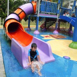 Splish Splash di tempat berenang favorit Yayay 💦💦..#ClozetteID #Hello #MiFamilia #familyphotography #lumixphotography #shangrilajkt