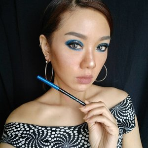 Who's ready for a bold summer makeup. Well I'm totally ready with this @lakmemakeup eyeconic eyeliner in Royal Blue. Perfect for those summer looks with its bright pigmented blue color its also waterproof, no smudge, 10 hr stay definitely suits your wildest summer party  #summerbrightvibes #lakme9to5 #stylingtrendsetters #instantglam