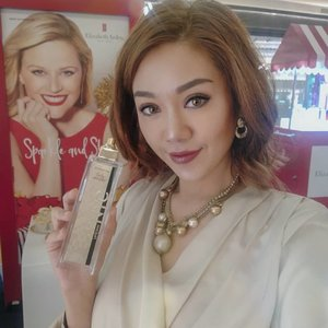 Be ready to #sparkleandshine this holiday season with Elizabeth Arden @beauteous_you  holiday collection.  Like one of my favorit The 5th avenue Eau de Parfum Spray with its super elegant gold packaging and fragrant.  Find all of the collection  at podium Gandaria City