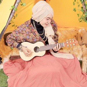 Let me sing a song for you 💕 mau cover lagu tapi bingung bagusnya lagu apa yah? Ada yg mau rekomen? 🙈  Photo by @creativa_photo  Blog updated! Bohemian festive is served at www.mellarisya.com 💕  #clozetteid  #bohemian #bohochic  #bohostyle