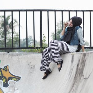 Savage be lyke,I'll cut u off, but still lyke yo pic 'cause I ain't no hater. :)x.Wearing @pastelovaclothing  upcoming collection, stripes pants and denim jacket, loving these pants , makes me look slimmer, lol. stripes for lyfe💋#clozetteid