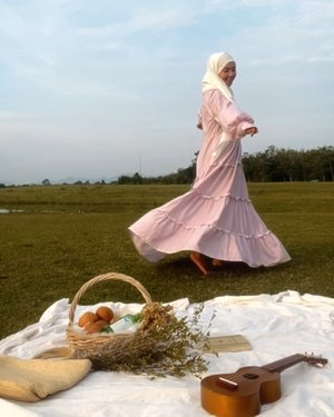 Cottagecore fashion aesthetics starter pack ✨ :- vintage dresses ( I love dresses with puffy sleeves and flowy skirts 💕)- show ur farm girl vibe with some straw bags, bucket and stuffs- green field setting or somewhere with plants or greeneries——Dress : @daily_wear_id #cottagecore #cottagecoreaesthetic #cottagecorefashion #clozetteid