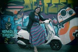 Asoy geboy Naik vespa keliling kota 😄😄😍😍 . . . . 📷 #mbahtukangfoto . . . #photo #vespa #landscape #travelerblogger #womanlifestyle #womantraveler #ritystory  #travelerlife #mytravelgram #instatravel  #instaphotoshoot #womanentrepreneur #photooftheday #picsoftheday #travelgram #clozetteid #myadventure #wanitatangguh #wanitapekerjakeras