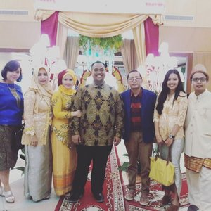 My cousin's wedding party The remboen Fam . . . . . #family #cousin #happyfamily #bigfamily #keluarga #remboensfam #weddingparty #travelerblogger #womanlifestyle #womantraveler #ritystory  #travelerlife #mytravelgram #instafamily #instaphotoshoot #womanentrepreneur #photooftheday #picsoftheday #travelgram #clozetteid #myadventure #wanitatangguh #wanitapekerjakeras