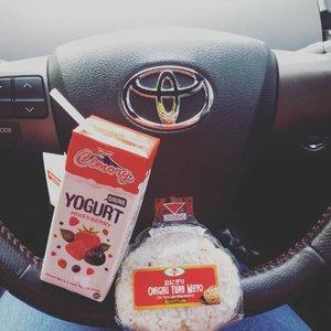 Breakfast  #yogurt & onigiri tuna mayo Pagiku yg indah.. sarapan, balesin WA plus nyetir... warrr biasa pagi ini 😆😂 . . . #cimory #yogurts #onigiri #onigiritunamayo #breakfasttogo #breakfasts #kulinernusantara #kuliner #culinary #foodphotography #foodstagram #foodie #foodlovers #ritystory #followforlike #like4like #igersindonesia #foodoftheday #work #dailyactivity #keepfaith #semangatpagi #clozetteid