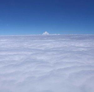 Fall in love with the sky 😍.....#bluesky #fallinlove #sky #viewfromsky  #onduty #enjoythetrip #travelerblogger #womanlifestyle #womantraveler #ritystory #travelerlife #mytravelgram #womanentrepreneur #travelgram #womanblogger #wanitatangguh #instaasia #like4likes #gallery_of_all #solotravel #travelerblogger #girlexplorer #clozetteid #mygallery #instapics