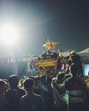 Parade #mikoshi atau OmikoshiOmikoshi merupakan tandu yg dihias dgn megah yg juga merupakan miniatur kuil serta dipercaya sebagai transpotasi untuk dewa. Omikoshi digotong dgn menggunakan ritme & Irama tertentu untuk mempermudah pawai. Biasanya diatas Omikoshi ada beberapa pemain taiko untuk mengirimhi rombongan. Pawai ini dilaksanakan di festival kebudayaan Jepang Di Indonesia seperti #jakjapanmatsuri .....#omikoshi #festivalbudayjepang #festivaljepang #jjm2016 #travelerblogger #womanlifestyle #womantraveler #ritystory #travelerlife #mytravelgram #womanentrepreneur #travelgram #womanblogger  #gallery_of_all #solotravel #travelerblogger #girlexplorer #clozetteid #mygallery #sonyxperia