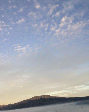 Tebing Keraton di pagi hari . . . . #sunrise #riseandshine #exploreindonesia #ritystrip #travelerblogger #womanlifestyle #womantraveler #ritystory #ig_asia #travelerlife #mytravelgram #instatravel #igersworldwide #igersindonesia #instaphotoshoot #instanusantara #wonderfullindonesia #instapic #ntb #picsoftheday #travelgram #clozetteid #myadventure  #travelphotography #travelpics #travelasia #indonesiatraveler #womanblogger #travelblogger