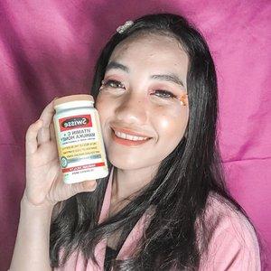 """H-Ello!!! ❤️...Aku mau sharing nih sedikit, jadi selama pandemi covid-19 ini, kita kan perlu banget buat menjaga imun tubuh dan kesehatan kita. Nah, selama 2 minggu lebih ini aku lagi mengkonsumsi vitamin C dari @swisseid . Nama produknya adalah"""" SWISSE VITAMIN C + MANUKA HONEY """"Jadi Swisse Ultiboost Vitamin C + Manuka Honey adalah multivitamin formula berkualitas tinggi yang mengandung vitamin C dan madu Manuka dari New Zealand, yang berfungsi membantu mengurangi gejala flu, menjaga daya tahan tubuh, dan menjaga aktivitas antioksidan tubuh.Bentuknya itu tablet kunyah, isinya 120 capsules. Rasanya itu asam dan manis, dari wanginya itu menurutku unik dan lebih tercium wangi madunya.Vitamin ini boleh dikonsumsi oleh remaja mulai dari umur 13 tahun dan dosisnya 2 tablet per hari setelah makan atau sesuai anjuran dokter. Awal2 sih aku agak takut buat konsumsi vit c ini, soalnya aku kan punya maag dan biasanya kambuh kalo aku mengkonsumsi makanan yg asam dan pedas.Nah singkat cerita aku coba untuk mengkonsumsi vit c ini dan ternyata maag aku ga kambuh. Rasa asam dari vit c nya tidak terlalu asam karena ada kandungan dari madunya yg menyeimbangkan.Aku juga berasa badan lebih fit setelah mengkonsumsi vit C ini.Aku mengkonsumsi 2 tablet per hari agar tetap menjaga kesehatan dan imun tubuh.Nah buat kalian yg mau cobain juga, kalian bisa langsung cek tokopedia dan shopee nya nih. Kebetulan @swisseid baru aja soft launching 🥰 Kalian bisa dapet voucher diskon 20rb dan GRATIS ONGKIR!Kapan lagi ada promo diskon dan gratis ongkir ?? ☺️..#swisseid #clozetteid #clozette"""