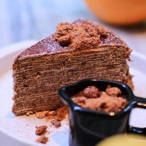 Sebagai bukan penggemar makanan manis, ini enak, tapi tetap gabisa banyak-banyak makannya. Tapi boleh dicoba buat yang suka cakes 😶.- Milo Dine Mille Crepes- Butterscotch Choco Mille Crepes.#cyndijalanjalankebandung#clozetteid