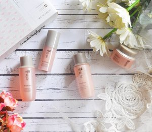 Finally.. after struggling with assignments and mid semester test, @thefaceshopid #Yehwadam revitalizing line #review is up on my #blog!  For you who is in 20-30s and concerned with premature aging (esp nowadays when pollution is everywhere), this line is perfect!  Go to http://curiousaboutbeauty.blogspot.co.id/2017/05/review-face-shop-yehwadam-revitalizing.html?m=1 or click the #linkinbio for complete review 😘  Thank you @clozetteid & @thefaceshopid for having me 💕  #TheFaceShopID  #clozettexthefaceshopid #clozetteid #clozettedaily #beauty #skincare #skincareaddict #skincarejunkie #beautyreview #beautyblog #beautyblogger #bloggerbabes #asianbeautyblogger #indonesianbeautyblogger #beautybloggerindonesia #bloggerceria #bblogger #flatlay #flatlays #beautyflatlay #whywhiteworks #koreanbeauty #thefaceshopyehwadamreview