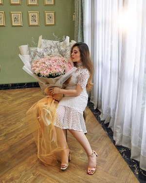 First time in my whole life to be receiving 100 roses at once! 🌹The size of the bouquet itself got me speechless. I felt so loved and spoilt! Many many thanks to @maidenflorist for the sweetest present ever 💐 Next time I need a festive beautiful bouquet, I know just where to get them! 💕—#PriStyleDiaries📸 @sonyathaniya ........#whatiwore #portrait #womensfashion #fashionistas #parisian #bouquet #sweet #feminine #vintage #elegant #parisienne #parisianstyle #dreamy #party #travelblogger #lotd #bloggerstyle #fashion #styleinspo #instastyle #blogger #styleblogger #fashionblogger #influencer #ootd #fashioninfluencer #style #outfit #clozetteid