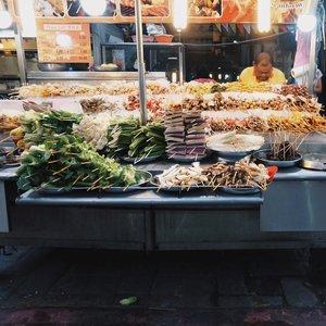 [page 267 of 365] Suka street food? Mencoba kuliner baru yang unik? Mampir ke Alor street di Kuala Lumpur deh. Tapi aku pas kesini malah eneg😂 • Yang penasaran ada apa aja di Alor, baca blog aku ya. Aku juga ngasi tips kalau kamu khawatir dengan kehalal-an makanan di sana • www.innnayah.com (clickable link on bio) • 26 September 2017 Ps: kalau nyari nasi lemak, nasi briyani, bukan jalan alor tempatnya • #clozetteid #streetfood #streetphotography #photowalk #alor #bukitbintang #malaysia