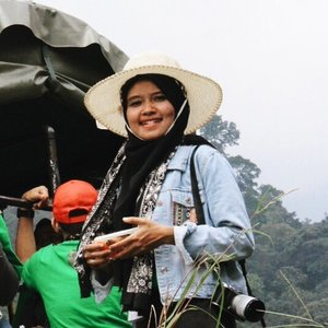 [page 230 of 365] This is my adventure essentials. Topi, jaket, selendang (dari pak Bupati), kamera, dan tentu teman seperjalanan • Jalan sendirian ngga asik, syukur-syukur teman jalannya ramean dan fotografer semua😂lumayan dapet candid banyak, yeyeyee • 19 Agustus 2017 Ps: jangan lupa sarapan biar ngga nyebelin • 📷by @nanawarsita suaminya mba @pritahw • #whpAdventure #petungkriyono #pekalongan #genpiPlatG #clozetteid #lifestyle #genpiJateng