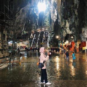 [page 303 of 365] Becek, gelap, ramai. Itulah yang kutangkap saat berada di batu caves • Banyak orang yang berdoa di sana membuat aura lebih positif dan ngga horor • Anyway...sudahkah kita berani menyingkirkan toxic? Bisa itu benda, cara pikir, dan sosok manusia😂 • 1 November 2017 Ps: welcome november • #clozetteid #standingsolo #traveling #malaysia