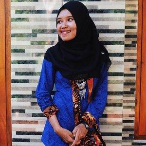 [page 205 of 365] Pose ibu pejabat, aheumm. Hari ini banyak acara 'tak biasa'. Misal, makan kaefsi berjamaah. Lalu lanjut jadi juri cerdas cermat. Di waktu yang sama harus di dinas pemuda, olahraga, dan pariwisata Semarang. Jadi gimana? • Ya ngga gimana-gimana, pilih yang 'memungkinkan' saja untuk dijalani • 24 Juli 2017 Ps: senin penghujung syawal • #clozetteid #lifestyle #WhpMood #terfujilah  #batik