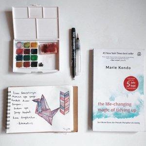 [page 133 of 365] Ini buku yang minggu ini mengubah cara pandangku mengenai aktivitas berbenah. Mungkin kamu pikir aku agak sinting sampai cara melipat baju saja dipelajari😄nyatanya ini penting • Tulisan di doodling-an aku itu kutipan dari buku ini > Kita semestinya memilih apa yang hendak kita simpan, bukan apa yang hendak kita singkirkan • 13 mei 2017 Ps: Menata rumah itu bukan hanya kewajiban perempuan, bakal aku ulas di blog #whphomesweethome • . . . #lifestyleblogger #blogger #terfujilah #clozetteid #lifestyle #pesonaIndonesia #vsco #vscocam #flatlay #flatlayina #konmari #thelifechangingmagicoftidyingup #konmari #bentangpustaka #declutter