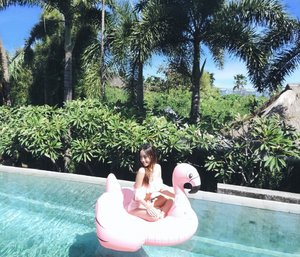 Either you run the day, or the day runs you. What do you think about the atmosphere?� Breakfast by the pool and view⛱👙☀� #tanning #bali #balibible #explorebali #template #clozetteid #summer