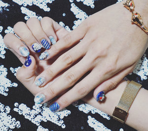 @menail.salon never fails me!  Ini udah kesekian kalinya aku percayakan nail art ku pada Menail. Dan selalu for special ocassion. Nah, dalam menyambut natal kali ini aku pilih nuansa Natal dengan salju dan warna biru (in case kalian bosen dengan warna merah atau hijau) yang hangat serta tempelan ornamen natal yang cantik. Menail melayani gel nail art hologram, chrome, 3D, nail extention, kuku palsu dll. Bagi yang mau eyelash extention juga bisa.;) Waktu aku posting boomerangnya di instastory juga banyak yang reply bagus banget. Kok bisa? Iya lah! Nailist di Menail itu sabar2 dan pekerjaannya rapi2. Kali ini nailist aku namanya mbak Dwi. Selain ramah, super sabar, nggak pingin cepet2 selesai tapi pinginnya ngasih disain yang paling cocok buat customer. Pelayanannya bikin selalu pingin balik ke Menail kalau udah soal kuku!  Menail ada dimana sih? Ada di Damo Permai Utara no. 22, TP 1 lt.3, di Bangkok Beauty Klampis dan di Etienne Salon.  So, what are you waiting for! Get your Christmas Nail too.👌🏻👏🏻🎄🎄🎄 Thankyou @menail.salon ❤️❤️ I'll be sure to come back!  #nails #notd #christmasnail #clozetteid