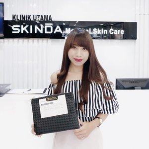 """Congratulation —for the 1st opening @skinda.asia clinic in Indonesia 👏🏻.What's @skinda.asia?Skinda adalah sebuah klinik kecantikan dr Korea yg sudah cukup terkenal di Korea dan saat ini sdh hadir d Indonesia dan klinik ini dipegang langsung oleh Dr Lee Kyung Real or Dr Alex yg lgsg datang dr Korea dong 😍 (Dokter rasa oppa"""" k-drama donggg).So, buat kalian yg penasaran pgn cobain treatment mereka dan d tanganin lgsg sm dokter Alex, langsung cuss aja k @skinda.asia karena smp tgl 31 October 2018 bakal ada PROMO ‼️.Kalian bs cobain mini treatment package seharga IDR 3jt dgn bayar 500k doang 😍 Included :Free konsultasi dokter1x treatment sesuai dgn kondisi kulitPost TreatmentFree home care skin care-Aku uda cobain sendiri loh treatmentnya dan hasilnya lgsg keliatan dong. Penasaran? Intip d IG story aku yahh !.Caranya gampang :Kalian kalo mau treatment tunjukin aja IG post aku ini ke receptionnya dan langsung dapetin promonya gais 🤗.Meskipun @skinda.asia Clinicnya ada d Jakarta, tapi buat kalian anak Surabaya yg lagi liburan/tugas kantor d Jakarta, wajib banget cobain ini. Worth to try, REALLY 🌻..#eternalglow ...#clozetteid #skinda #skindaclinic #skintreatment #potd #ootd #ootdfashion #ootdshare #skincare #blogger #bloggers #bloggerlife #bloggersurabaya #bloggerindo #influencer #influencersurabaya"""