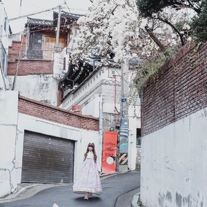 Sometimes we're silent because our soul knows how it feels, but hasn't found the word that the mind can understand 🌻 . . . #clozetteid  #tephtraveldiary  #seoul🇰🇷 #seoulkorea  #bukchon  #bukchonhanok  #traditionalhanbok  #traveljournal  #traveldiaries  #cherryblossom