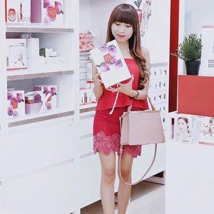 "Congratulation !for the opening of @clarinsid 1st boutique in Surabaya at Galaxy Mall 1 yesterday 😍-Buat kalian yg penasaran gimana sih @clarinsid boutique ini. Main"" deh, nanti kalian bisa dapet free consultation, free skin check, dan dapet beauty sample juga buat perawatan di rumah. Asik kan !-Pssst.. siapa tau ternyata ada promo special d sana. I know every women need more promo 🍂...#clozetteid #clarinsid#Clarins#Clarinsbutik#ClarinsSurabaya#Clarinslovesurabaya"
